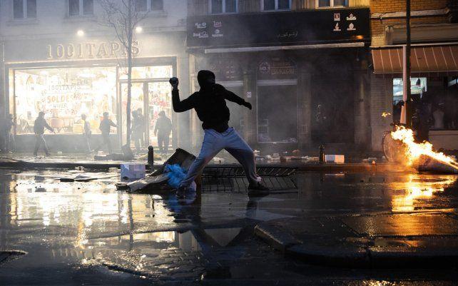 La policía de Bruselas realizó más de 100 arrestos después de una manifestación en Bruselas por la muerte de un joven negro mientras estaba bajo custodia policial. Las revueltas nocturnas se tornaron muy violentas.
