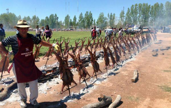 A las 4 prendieron el fuego y a las 13 los 800 chivitos ya estaban listos y chirriantes.