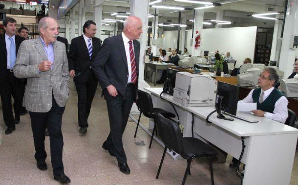 Recorrida. El gobernador Antonio Bonfatti visitó las remozadas oficinas.