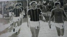 A la cancha. Luis Toti Brunengo y Enrique Mona Ibarra, encabezan la fila de jugadores que ingresan al Presbítero Grella para disputar uno de los cotejos importantes.