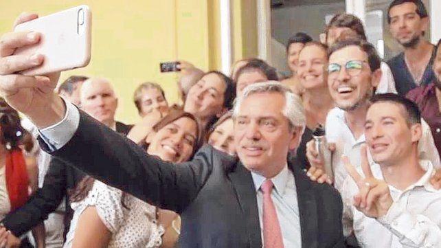 Selfie. El presidente recorrió ayer distintos sectores de la Casa Rosada