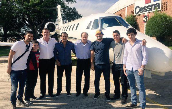 Ramón Díaz junto a su hijo Emiliano y varios colaboradores antes de embarcar rumbo a buenos Aires.