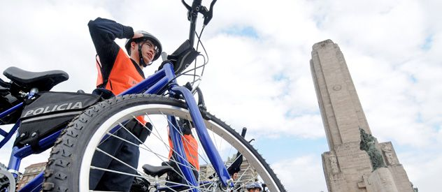 La flamante Policía Ciclística Urbana fue presentada en sociedad ayer en el Monumento a la Bandera. Está compuesta por 40 agentes.