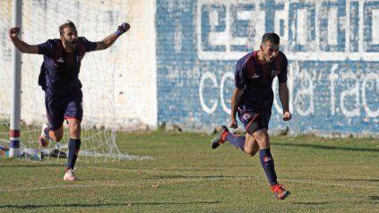 Biñale, uno de los cambios tácticos dispuestos por Rossi para este partido, sale corriendo a gritar con todo su gol, al cabo el del triunfo de Córdoba. Lo sigue el que peinó la pelota, Juan Manuel Cobelli, que regresaba al equipo.