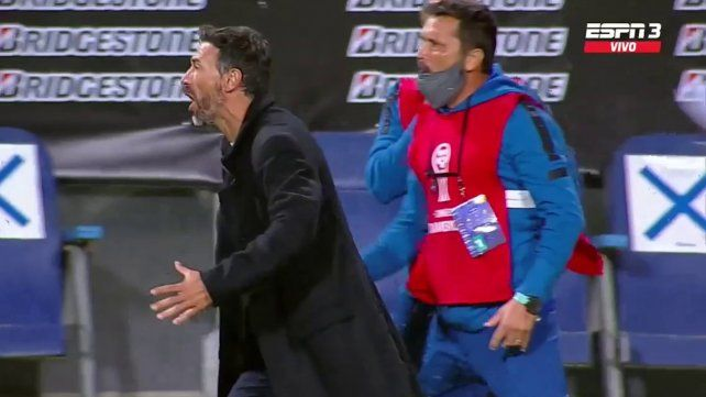 El Kily González y Pastilla Ordóñez ante San Lorenzo. Justo ahí fue expulsado el técnico canalla y lo reemplazará uno de sus ayudantes.