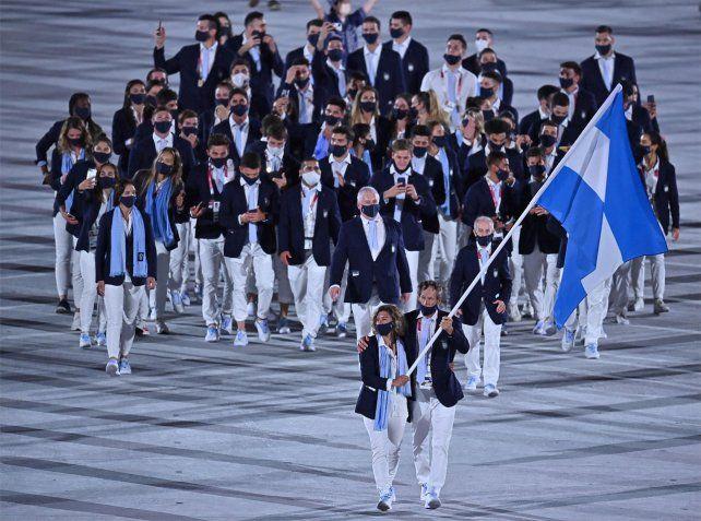 Cecilia Carranza Saroli y su compañero Santiago Lange portaron la bandera argentina en la ceremonia inaugural.