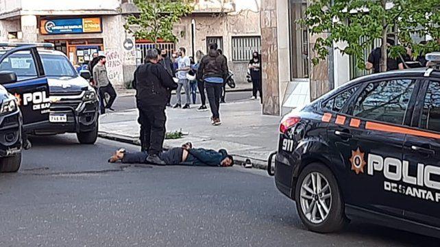 La policía custodia a uno de los delincuentes detenidos enla zona de Viamonte al 1200.