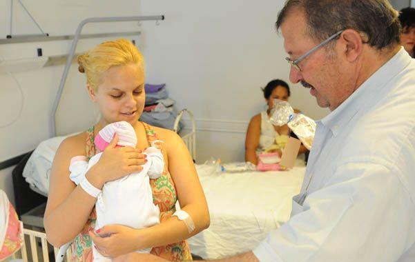 Miguel Cappiello con una mamá primeriza en la Maternidad Martin.