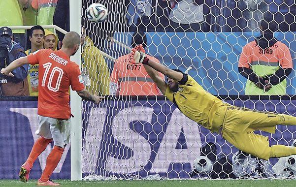 Histórico. Romero se estiró y le tapó el remate a Sneijder. Fue el segundo que desvió Chiquito ayer.