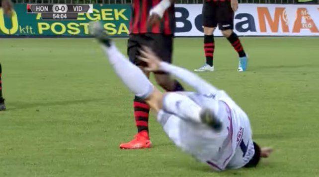 La ridícula simulación de un futbolista serbio tras una infracción inexistente