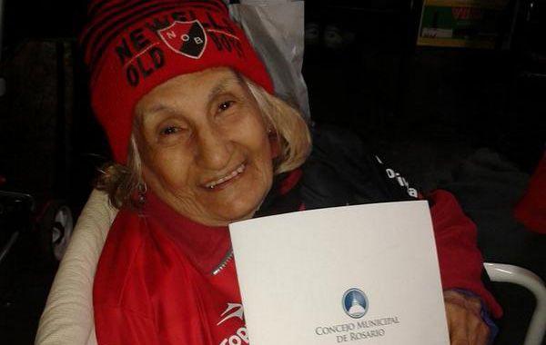 Amelia Montero exhibe orgullosa el diploma que le otorgó el Concejo.