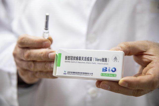 La Anmat recomendó el uso de la vacuna fabricada en China hasta los 60 años.