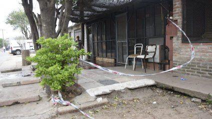 Héctor Albino Almaraz estaba sentado en la puerta de su casa de Demetris al 6000 cuando lo atacaron dos asaltantes.