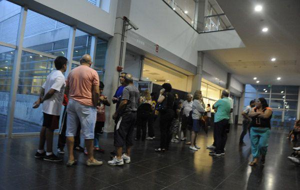Familiartes y amigos de los afectados por el rayo aguardan información en el Heca. (Foto: V. Benedetto)