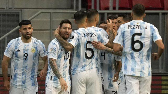 Los jugadores de Argentina celebran después de que su compañero Alejandro Gómez anotó el primer gol contra Paraguay durante un partido de fútbol de la Copa América en el estadio Nacional de Brasilia