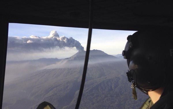 La erupción del volcán Calbuco vista desde un helicóptero de la Fuerza Aérea de Chile. (Foto: AFP)