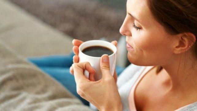 Beber hasta tres tazas de café alargaría la vida, según un estudio
