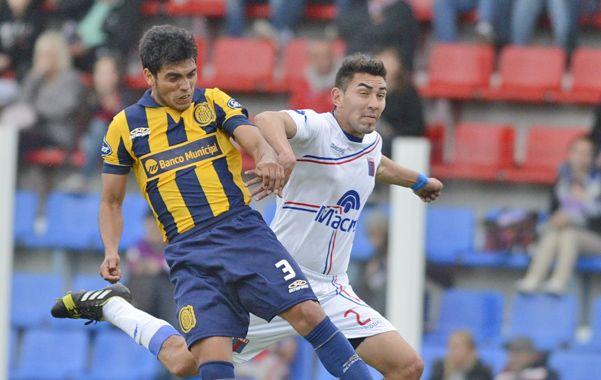 Por los aires. Delgado se anticipa y cabecea frente a Godoy. El juego aéreo fue un problema frente a Tigre.