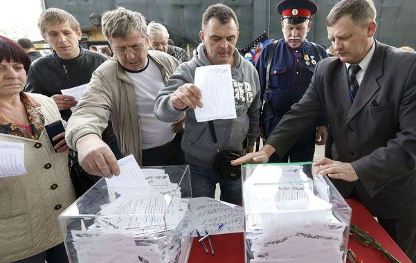 A votar. Los prorrusos de Donetsk votaron con entusiasmo y escasos controles. No hubo observadores neutrales.