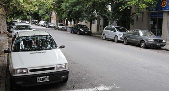 En las cuadras aledañas al Parque Urquiza se podrá estacionar sobre las dos manos. (Foto de archivo La Capital)