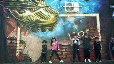 El mural se encuentra frente a la escuela a la que asistía el rosarino, fue realizado por el Grupo Sismo y tuvo el apoyo de la Municipalidad de Rosario.