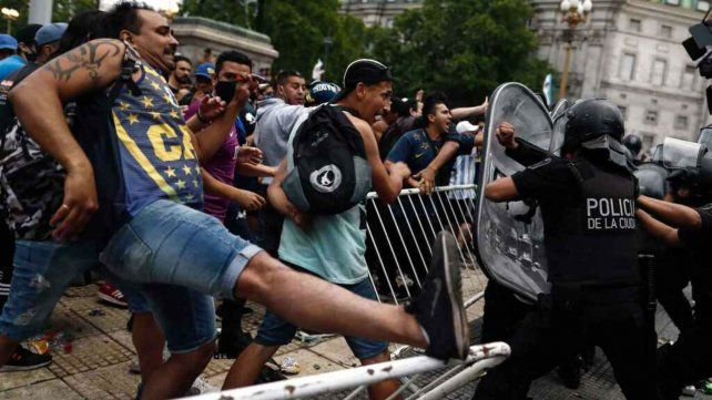 El gobierno nacional y el de la ciudad de Buenos Aires entablaron una polémica sobre la seguridad en el velatorio de Maradona.