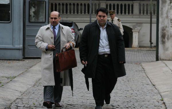 El juez federal Carlos Vera Barros (izquierda) ayer al salir de los Tribunales de Oroño al 900. Debía indagar a Tognoli por cohecho