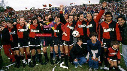La foto del campeón. Domizi, Lunari, Raggio, Scoponi, Berizzo, Llop, Pochettino, Gamboa y Zamora celebran el título de 1992.