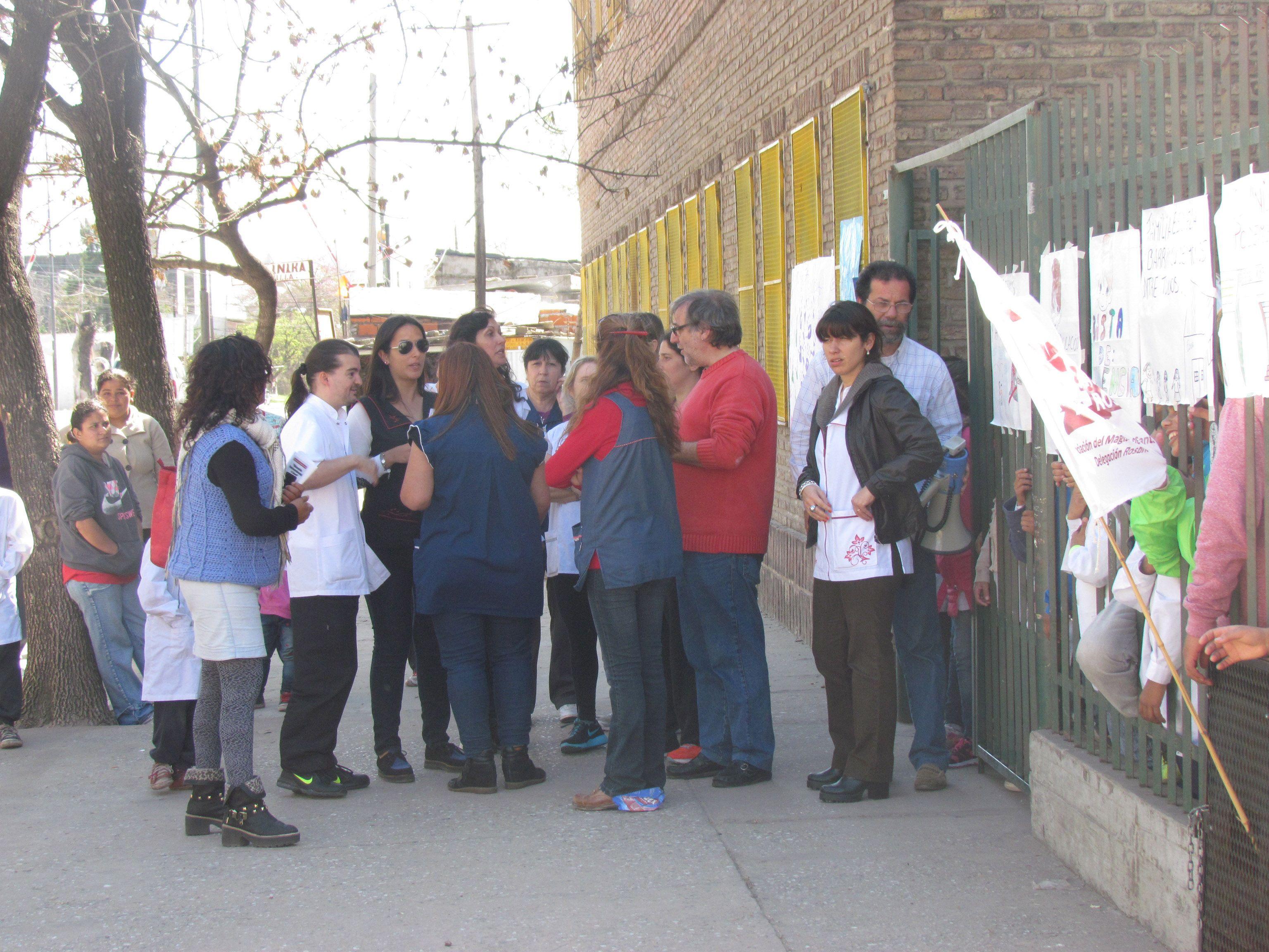 Los docentes preocupados se congregaron ayer frente a la escuela de Solís y Tupac Amaru.