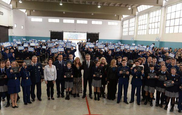 Inclusión. El ministro de Defensa y autoridades junto a los primeros integrantes de un liceo a quienes se les dieron las netbooks.