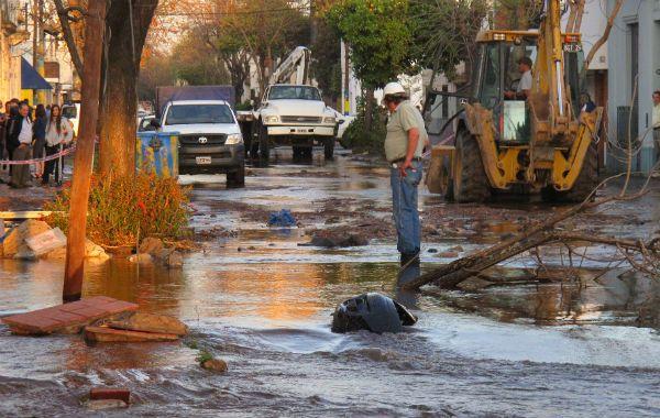 La cuadra de Juan José Paso al 1100 quedó inundada por la avería del acueducto.
