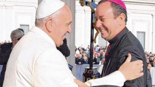 Afecto. Francisco y el obispo Zanchetta en un saludo de hace unos años.