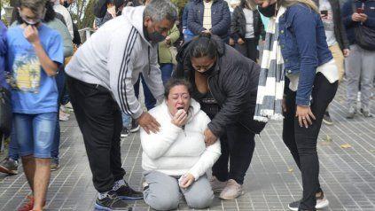 La mamá de Diego reclamó de rodillas por la liberación de su hijo.