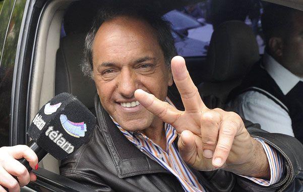 """en campaña. Scioli acusó a Macri de """"demagogo que habla de la revolución de la alegría y vende espejitos de colores""""."""