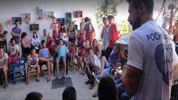 Presente. Hizo una donación en Villa Gobernador Galvez. Lavezzi charlando con los chicos que ayuda en la Asociación Civil Niños del Sur. (Ansur). Hizo una donación en Villa Gobernador Galvez