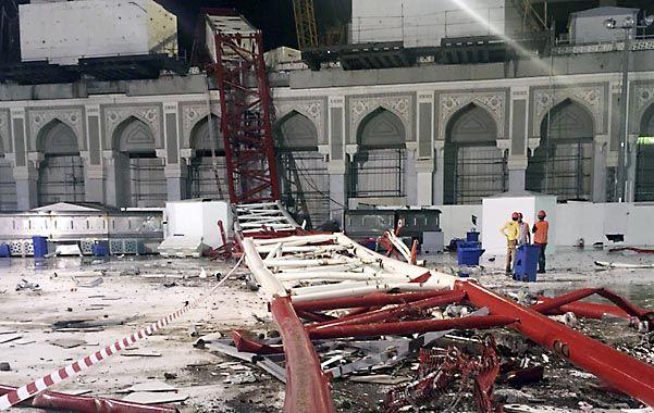 Pavoroso. La gran viga de la grúa cayó en el atestado patio de la mezquita.