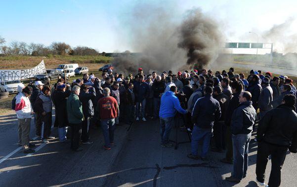 Protesta. Trabajadores de la papelera Andino encabezaron la medida de fuerza de ayer sobre la autopista a Santa Fe.