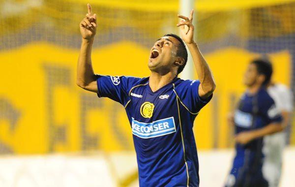 Los canallas siguen en alza. Carrizo mira hacia el cielo tras convertir el 2-0 definitivo. (Foto: Alfredo Celoria)