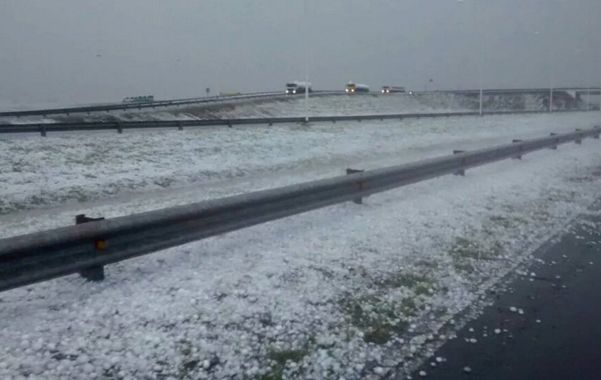 Ayer a la tarde la autopista a Córdoba se tapó de granizo. Hubo algunos despistes y vehículos rotos. (Gentileza Luciano Lugo)