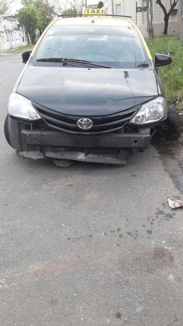 El taxi que terminó chocando contra el cordón en Pellegrini y Cullen.