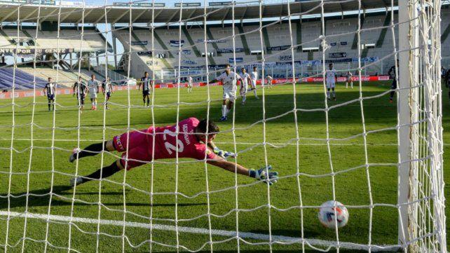 Nacho Scocco buscó el costado derecho de Herrera y anotó de penal. Fue e4l empate transitorio de Newell