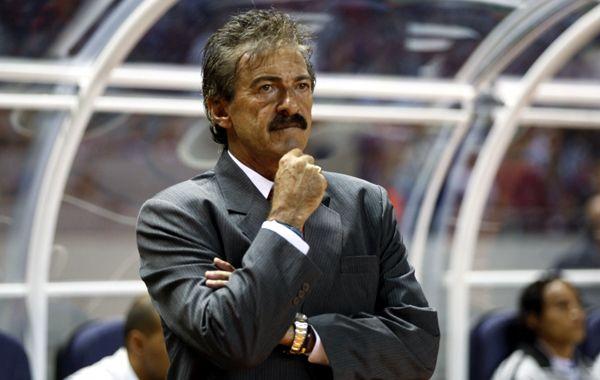 El presidente del club anunció el despido de La Volpe en la conferencia de prensa más penosa