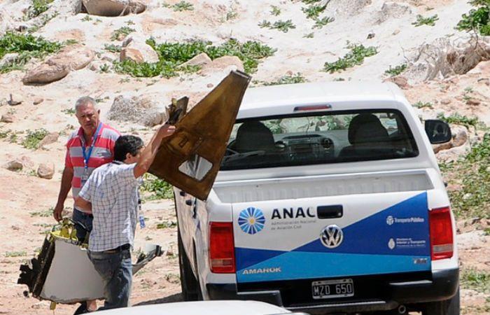Miembros de la Administración Nacional de Aviación Civil (Anac) retiran restos del helicóptero. (Foto: Diario Uno Mendoza)