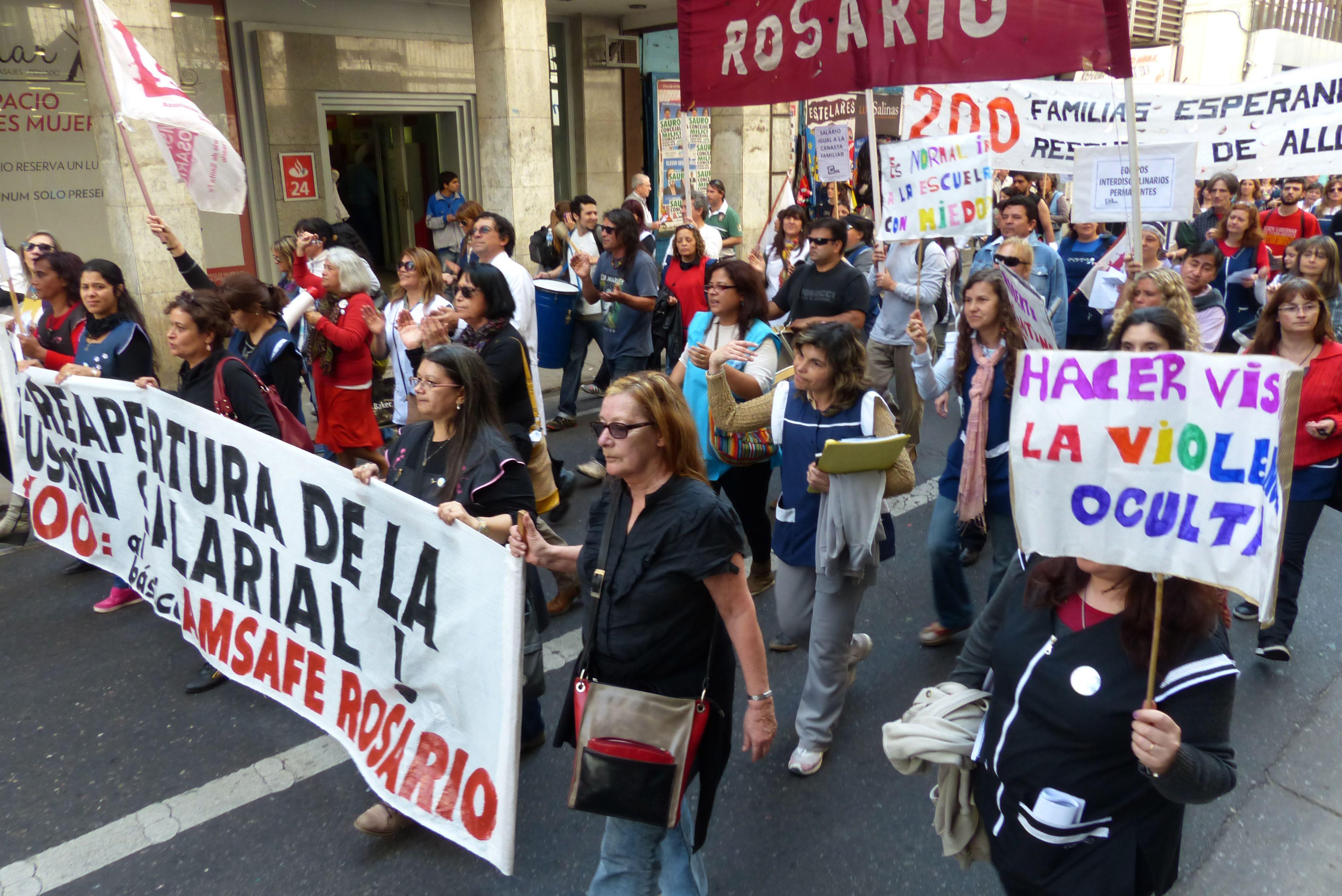 La marcha de ayer culminó con un acto en plaza San Martín. Hoy ratificaron que habrá descuento de sueldo. (Foto: A. Amaya)