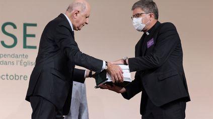 El presidente de la comisión, Jean-Marc Sauve, a la izquierda, entrega copias del informe al obispo católico Eric de Moulins-Beaufort, presidente de la Conferencia Episcopal de Francia, durante la publicación de un informe de una comisión independiente sobre el abuso sexual.