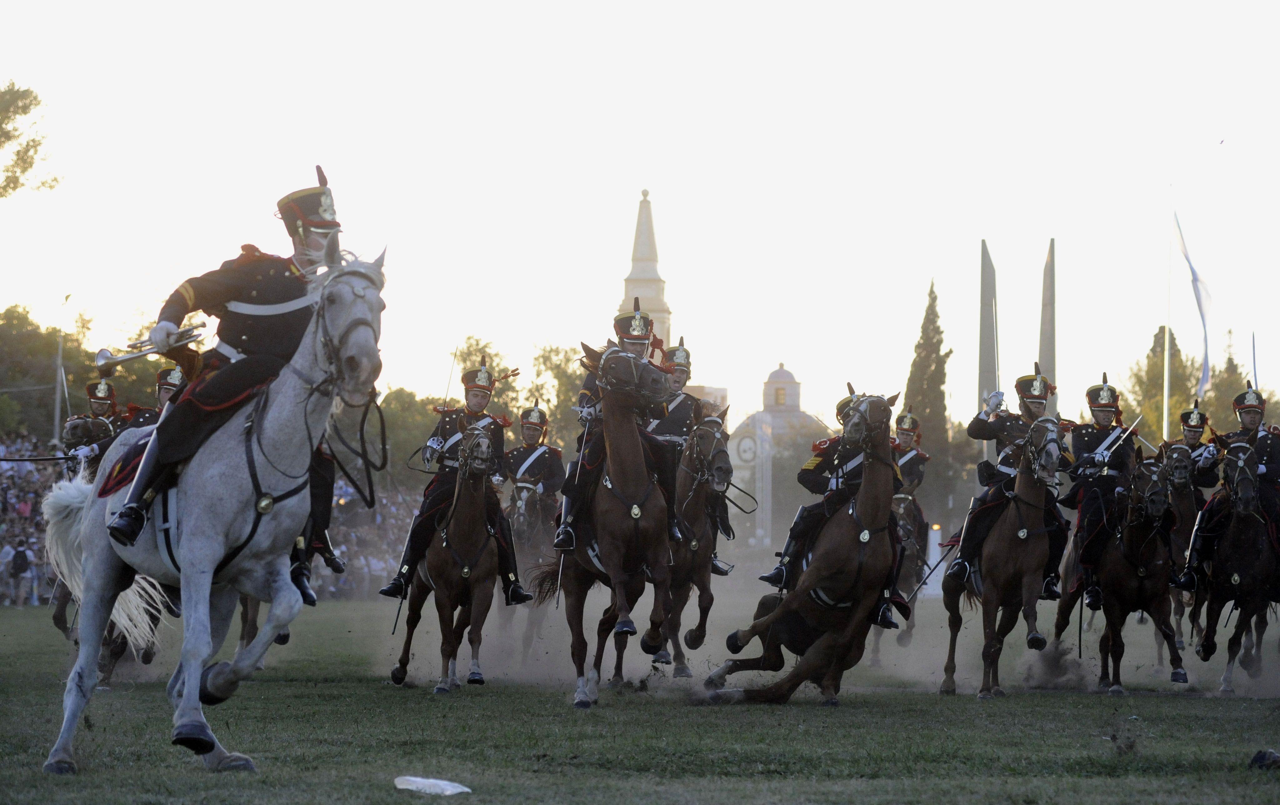 """Homenaje. Los Granaderos recrearán el domingo la tradicional """"carga de caballería"""" contra las tropas realistas."""