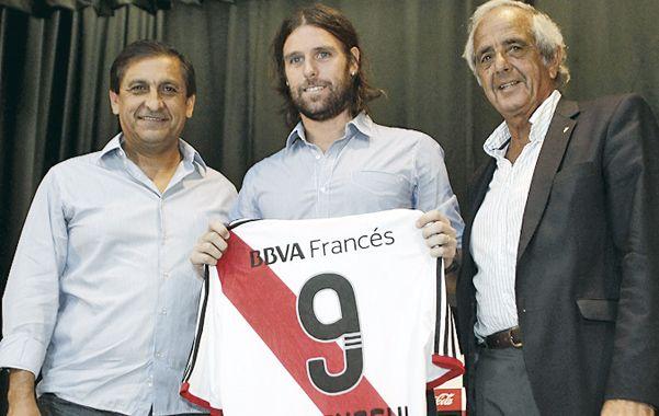 En sociedad. Cavenaghi posa junto a Ramón Díaz  y el presidente D'Onofrio.