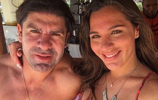 El chileno junto a su novia.