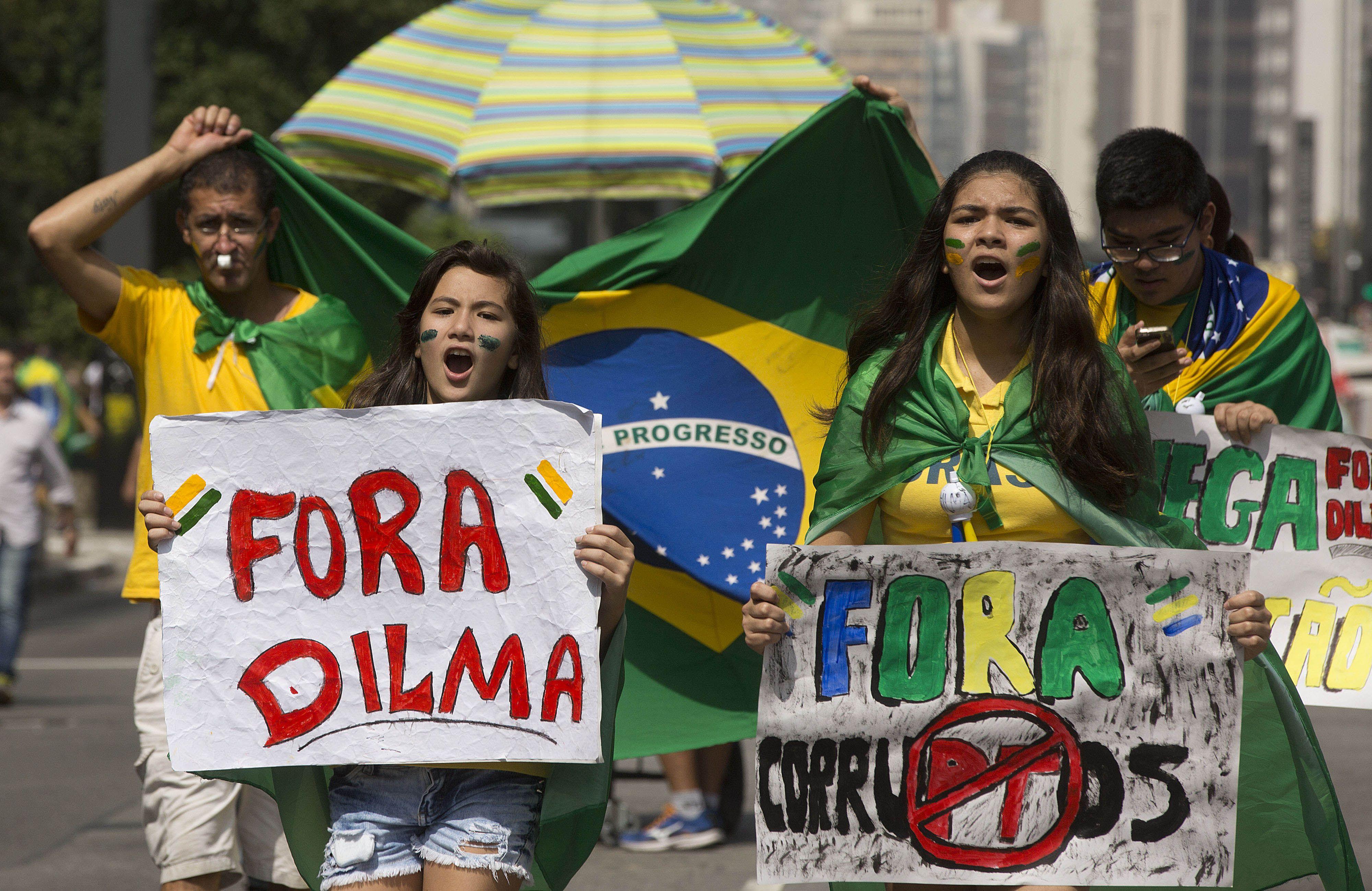 Descontento. Brasileños expresaron el 1º de mayo su rechazo al gobierno por la corrupción y los ajustes.