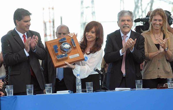 La presidenta Cristina Fernández exhibe la maqueta de la central nuclear Néstor Kirchner (Atucha II). (Foto: Télam)